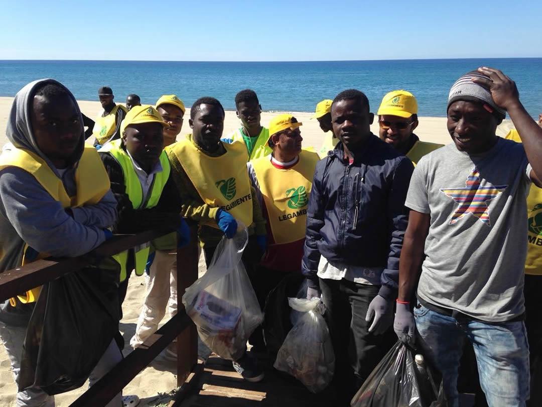 villaggio-le-palme-ascea-marina-nel-cilento-gli-immigrati-ripuliscono-le-spiagge-007