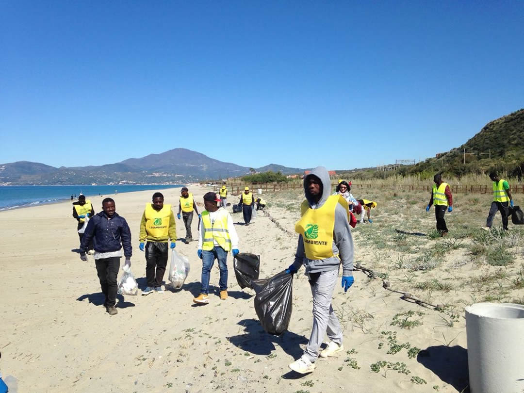 villaggio-le-palme-ascea-marina-nel-cilento-gli-immigrati-ripuliscono-le-spiagge-008